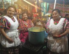 María Guadalupe Sac de Hernández y sus hijas Reina y Yenni siguen la tradición familiar de preparar el atol de elote durante el mes de la Virgen del Rosario en Xela. (Foto Prensa Libre: Fred Rivera)