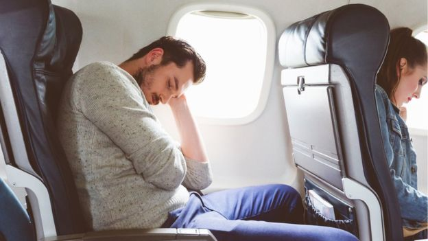 Aunque intentar dormir sentado es complicado en cualquier situación, en un avión las condiciones del entorno lo hacen más difícil. GETTY IMAGES