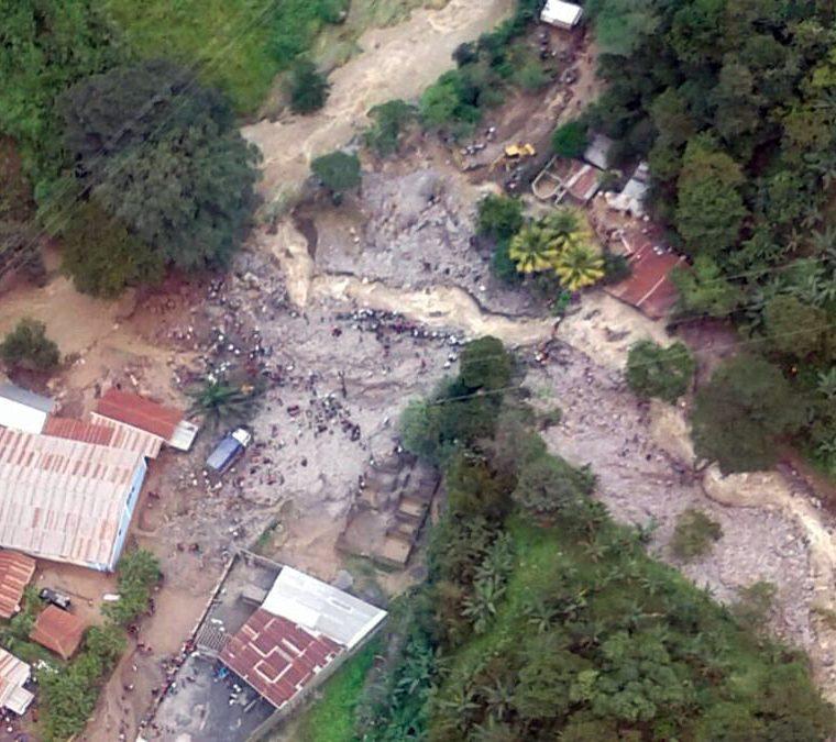 Fotografía aérea cedida del lugar de un alud en donde una mujer y un bebé, de unos ocho meses, son las dos víctimas de los que hasta el momento se tiene registro, en el caserío Pantic, Tamahú, Alta Verapaz (Guatemala). (Foto Prensa Libre: EFE)