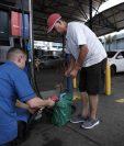 Varias personas se abastecieron de combustible el pasado lunes en una gasolinera de Costa Rica por bloqueos que ya cumplieron más de siete días. (Foto Prensa Libre: EFE)