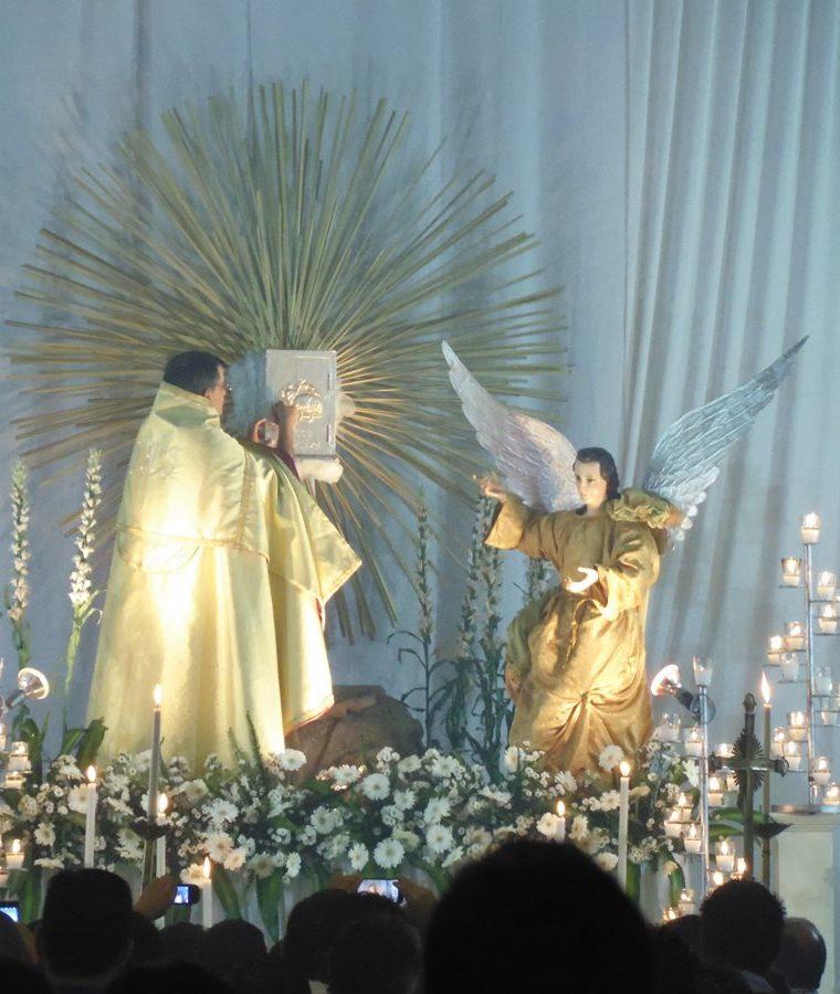 El sacerdote celebrante luego de realizar los oficios coloca al Santísimo en el altar del Sagrario donde se adora toda la noche del Jueves Santo. (Foto: Néstor Galicia)