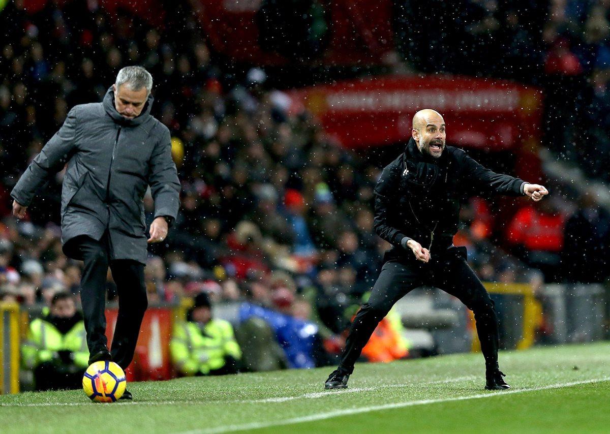 José Mourinho y Pep Guardiola estuvieron muy pendientes de lo que hacían sus pupilos en la cancha durante el derbi. (Foto Prensa Libre: EFE)