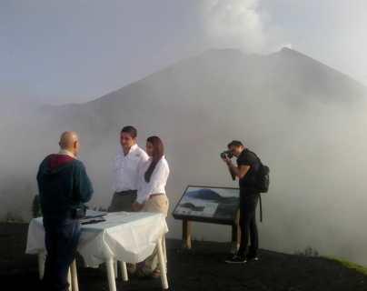 Se juran amor en las alturas del Volcán de Pacaya