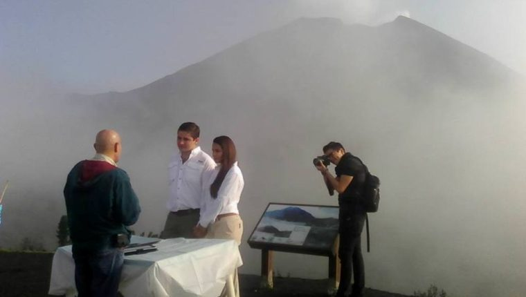 Boda celebrada en noviembre último. (Foto Prensa Libre: Página de Facebook PN Volcán Pacaya).