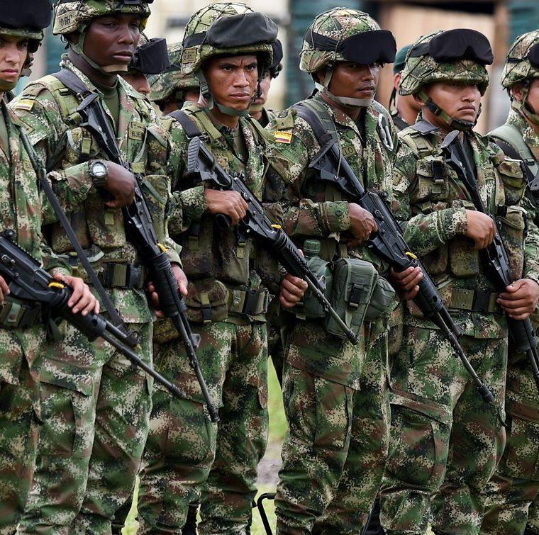 Soldados colombianos entrenan en el municipio de Tumaco, departamento de Nariño, Colombia mientras esperan participar en una operación militar contra renegados rebeldes colombianos que secuestraron y mataron a dos periodistas ecuatorianos y su chofer.(AFP).