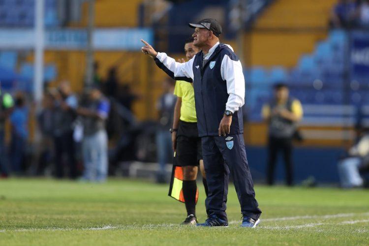 Wálter Claverí da indicaciones en el partido contra Cuba. (Foto Prensa Libre: Francisco Sánchez).