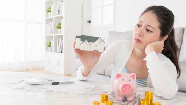 Con mayores ingresos hay más demandas, que pueden impactar sobre nuestra felicidad. GETTY IMAGES
