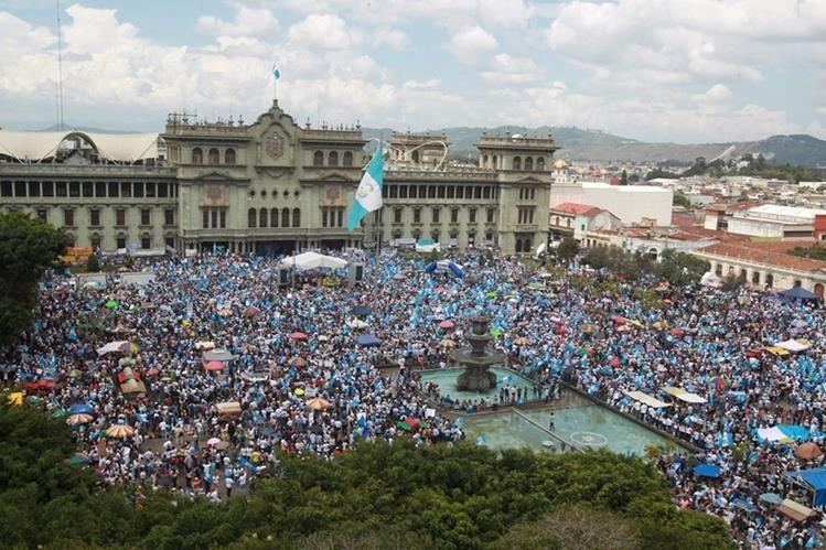 Miles marcharon y participaron en el Paro Nacional para exigir la renuncia de Otto Pérez Molina. (Foto Prensa Libre: Hemeroteca PL)