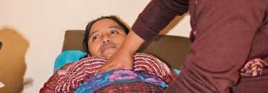 Una comadrona atiende a una mujer en Huehuetenango, departamento donde estas atienden el 80% de los partos, según datos del Osar. (Foto Prensa Libre: Hemeroteca PL)