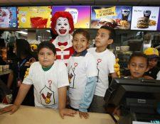 El personaje Ronald McDonald posa junto a niños en el restaurante McDonald's de Utatlán, zona 7, donde se vendió la primera hamburguesa con motivo del McDía Feliz 2016. (Foto Prensa Libre: Paulo Raquec).
