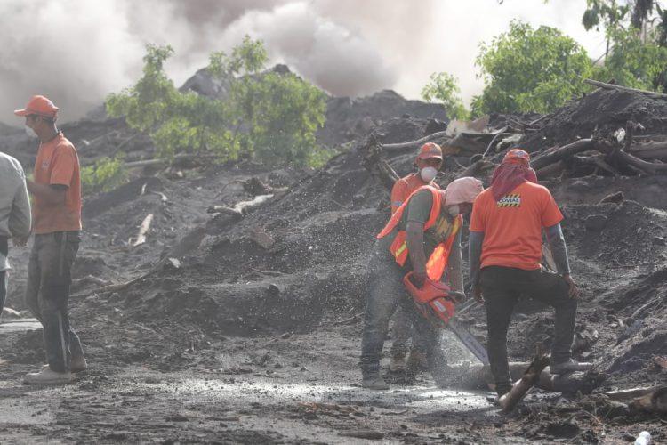 Algunos caminos tienen hasta dos metros de material volcánico y troncos que fueron arrastrados.