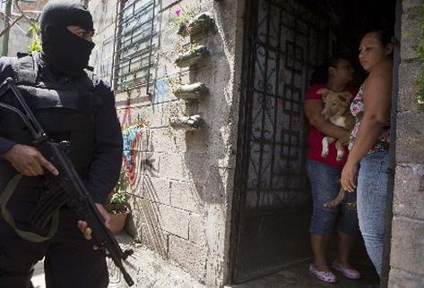 El Salvador regitras un promedio de 10.5 homicidios diarios, según Gobierno. (Foto Prensa Libre: AP)