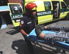 Socorristas trasladan al Hospital General al niño de 9 años Estiven Alexander Tello, quien resultó herido de bala en la zona 18 capitalina. (Foto Prensa Libre: Érick Ávila)