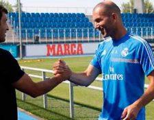 Raúl y Zinedine Zidane guardan una buena amistad, por el tiempo que compartieron en el equipo. (Foto Prensa Libre: Web Real Madrid)