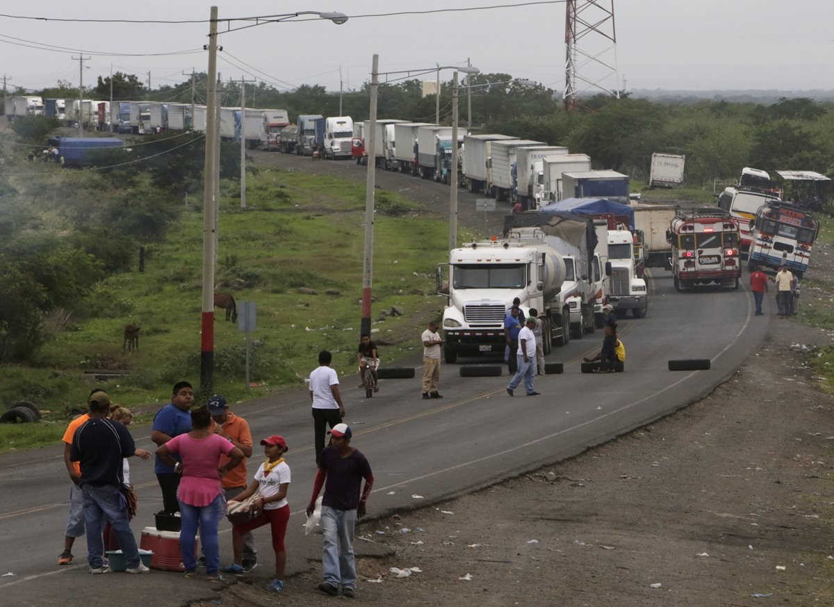 """Manifestantes instalaron una barricada para bloquear una carretera, durante las protestas en """"Las Maderas"""", a 50 km de Managua. (Foto Prensa Libre:AFP)."""