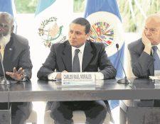 Los cancilleres de Belice, Wilfred Elrington, y de Guatemala, Carlos Raúl Morales, firmaron en 2015 un cambio al acuerdo para garantizar la realización de los referendos. Observa el entonces secretario general de la OEA, José Miguel Insulza. (Foto Prensa Libre: HemerotecaPL)