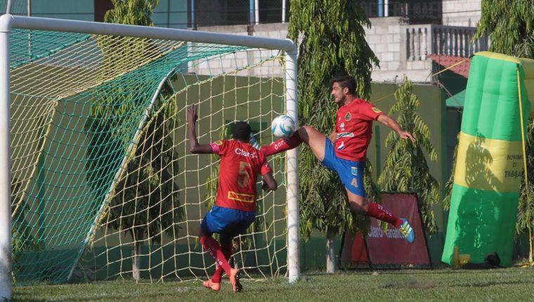 Momento en el que Darío Flores marca el autogol en Guastatoya. (Foto Prensa Libre: Norvin Mendoza)