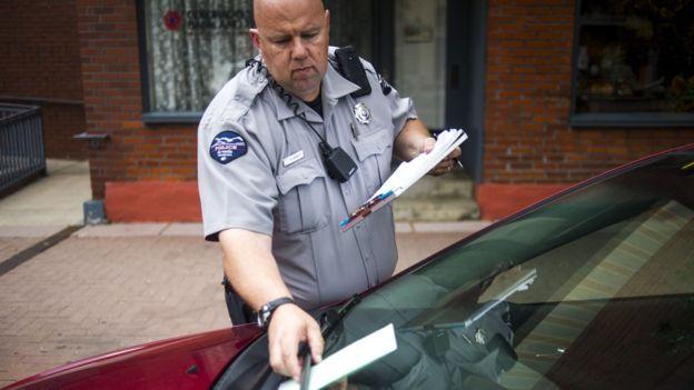 Las multas por pequeñas infracciones pueden volverse una carga pesada para los más pobres. FOTO: GETTY IMAGES
