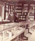 Mostrador de la farmacia La Moderna, en Huehuetenango (1885).