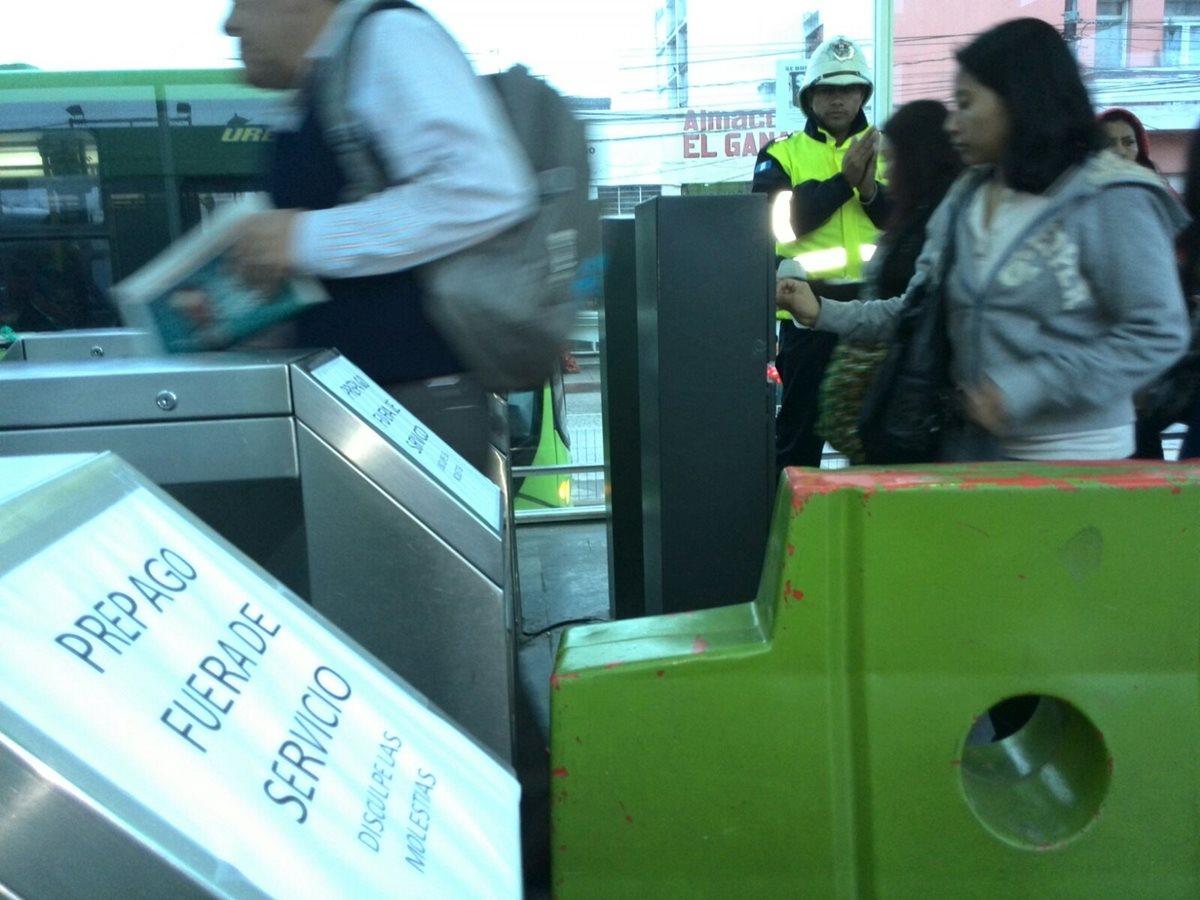 Usuarios del Transmetro abordan de forma regular las unidades. (Foto Prensa Libre: Estuardo Paredes)