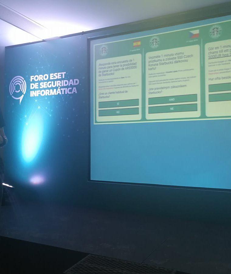 El investigador Lucas Paus muestra algunos de ejemplos de campañas falsas en WhatsApp para cobrar por mensajes. (Foto Prensa Libre: Brenda Martínez)