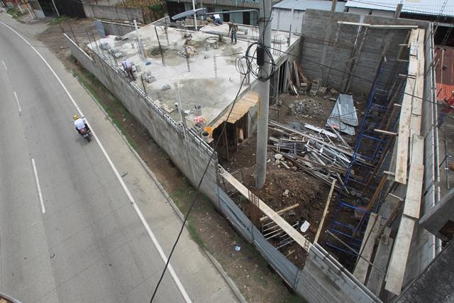 Cocode denuncia construcción que no respetó el derecho de vía y debilitó una pasarela