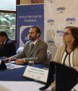 De izquierda a derecha, el gerente del INE, Maurio Guerra; el ministro de Economía, Ascisclo Valladares, y la representante de Unfta en Guatemala, Verónica Simán. (Foto Prensa Libre: Óscar Rivas)