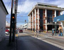 Los semáforos permanecen intermitentes la mañana de este miércoles, en varias zonas capitalinas. (Foto Prensa Libre: Edwin Pitán)