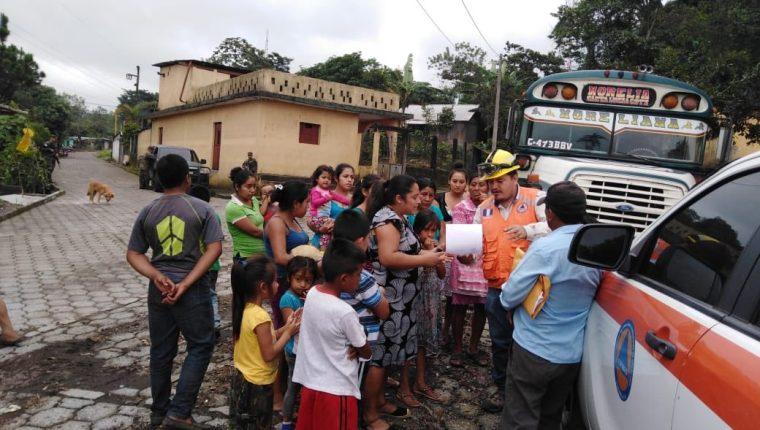 Un grupo de la comunidad Morelia reciben información acerca de la actividad del Volcán de Fuego. (Foto Prensa Libre: Conred).