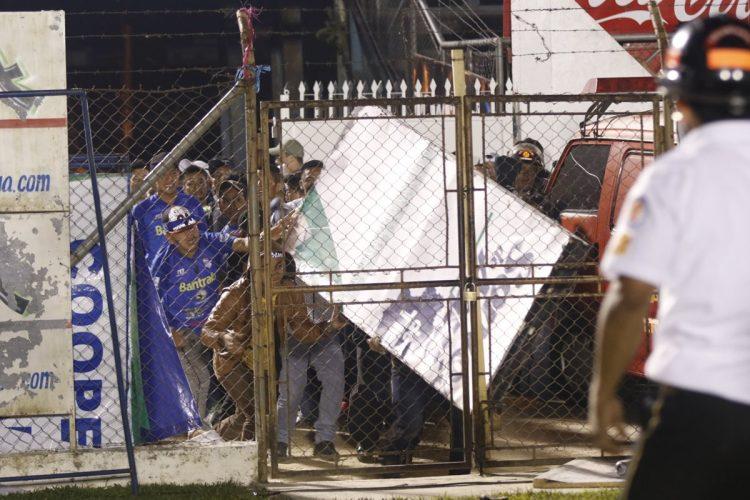Los seguidores cobaneros, molestos con el resultado del partido, provocaron disturbios.