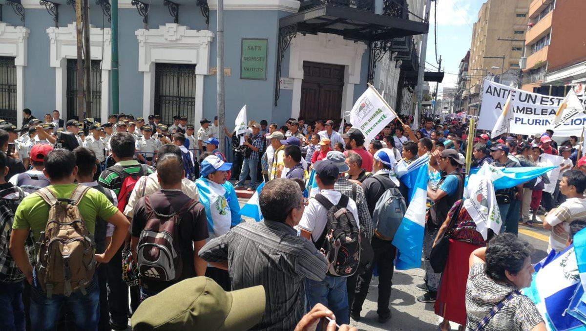 Integrantes de Codeca llegan a la zona 1 capitalina donde hay un depliegue de agentes de la Policía Nacional Civil y elementos del Éjercito. (Foto Prensa Libre: Érick Ávila)
