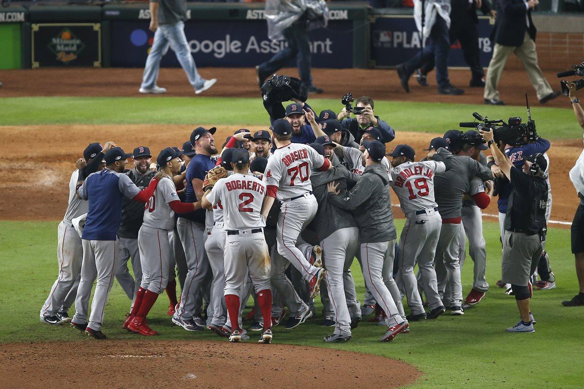 Los Medias Rojas celebran después de ganar la Serie de Campeonato de la Liga Americana. (Foto Prensa Libre: AFP)
