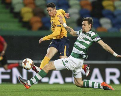 Sebastian Coates (d) de Sporting disputa un balón con Fernando Torres (i) de Atlético Madrid. (Foto Prensa Libre: EFE)