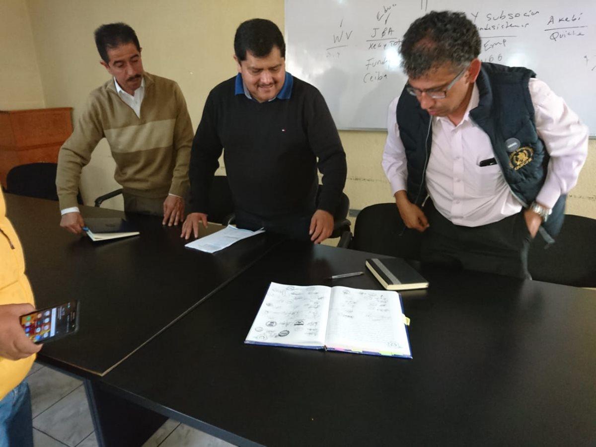 Autoridades de educación y asesores de Gobernación Departamental redactan documento en el que se respalda la suspensión del desfile en Santa Cruz del Quiché. (Foto Prensa Libre: Héctor Cordero).