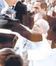El 13 de mayo de 1981 el papa Juan Pablo II es asistido luego de haber sido herido de bala por el turco Mehmet Ali Agca, en la Plaza de San Pedro, en Roma. (Foto: Hemeroteca PL)