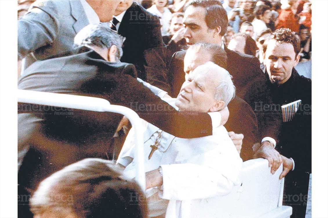 1981:Juan Pablo II sobrevive a ataque terrorista en Roma