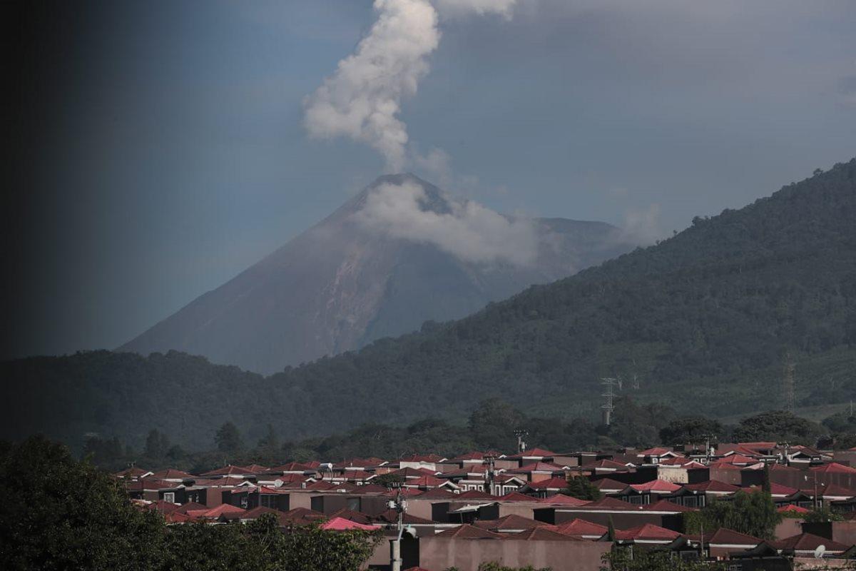 La actividad del Volcán de Fuego no cesa y las explosiones pueden verse a kilómetros de distancia.