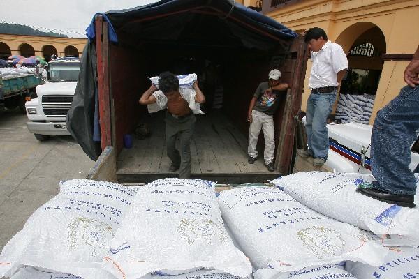 En todo el país se repartirán 1.7 millones de quintales de fertilizantes. (Foto Prensa Libre: Archivo).