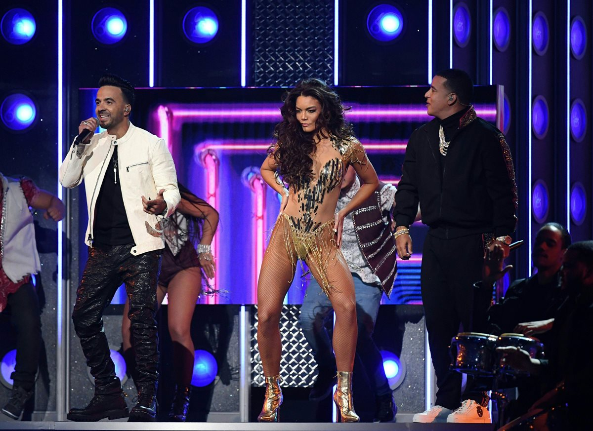 Zuleyka Rivera se presentó con Luis Fonsi y Daddy Yankee en los Grammy, y acaparó la atención. (Foto Prensa Libre: AFP)