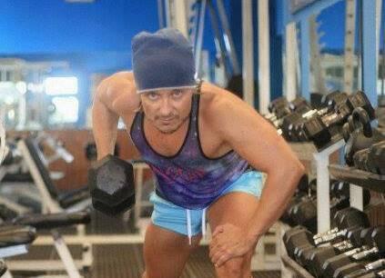 Luis Aldo García Sologaistoa realiza ejercicios en el gimnasio. (Foto Prensa Libre: Facebook)