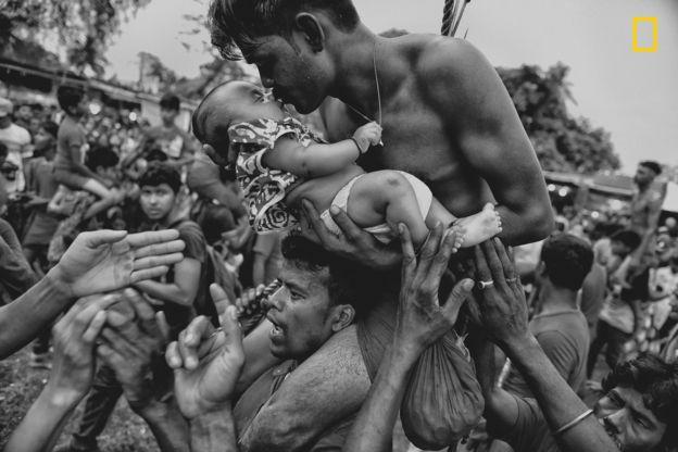Un hombre besando a su hijo recién nacido en Bengala Occidental (India). AVISHEK DAS/2018 NATIONAL GEOGRAPHIC PHOTO CONTEST