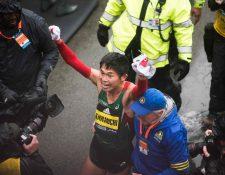 Yuki Kawauchi festejó luego ingresar a la meta con un tiempo de 2:15:58. (Foto Prensa Libre: AFP)