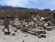 Un hombre afgano camina entre los escombros de tiendas en el bazar de Shadal después de que el ejército estadounidense lanzó una bomba GBU-43 en el distrito de Achin, provincia de Nangarhar, Afganistán. (Foto, Prensa Libre: Efe)