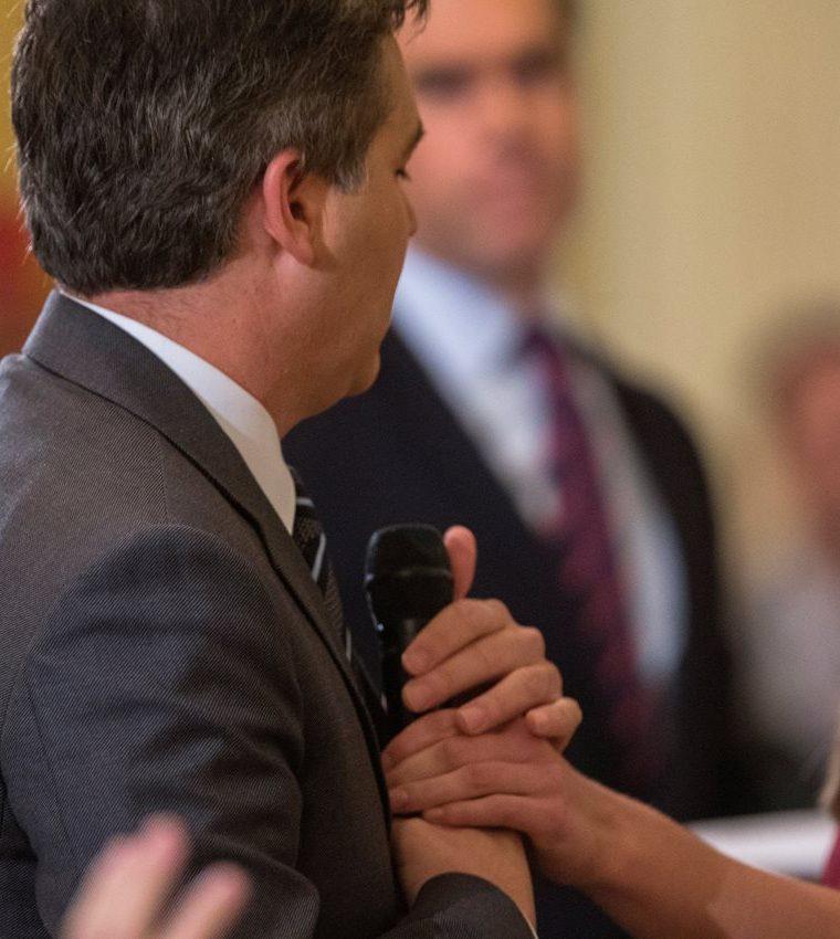 Jim Acosta, corresponsal de la CNN en la Casa Blanca, sostiene firmemente el micrófono después de la orden de Trump de quitarle el micrófono. (Foto Prensa Libre: EFE)