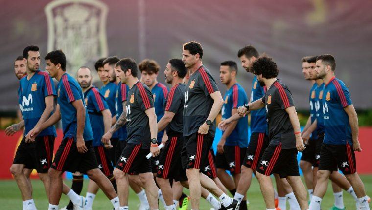 Fernando Hierro con los jugadores de la selección española en su primer entrenamiento como técnico de la Roja. (Foto Prensa Libre: AFP)