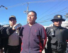 El guardia de seguridad Juan Sarat fue capturado en la 27 avenida de la zona 3 de Xela. (Foto Prensa Libre: Fred Rivera)