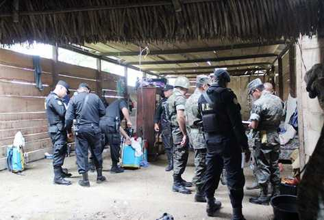 Ejército y Policía revisa la vivienda donde ocurrió la matanza de familia en San Luis, Petén. (Foto Prensa Libre: Rigoberto Escobar)