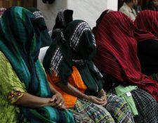 Las 11 mujeres esperan esta tarde la sentencia del Tribunal. (Foto Prensa Libre: Paulo Raquec)