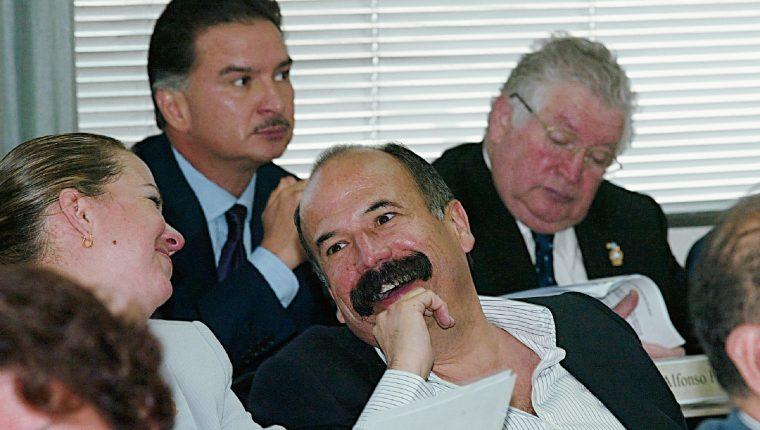 Francisco Palomo en 2004 durante una sesión en el Parlacen, al fondo aparecen Alfonso Portillo y Juan Francisco Reyes. (Foto Prensa Libre: Hemeroteca)