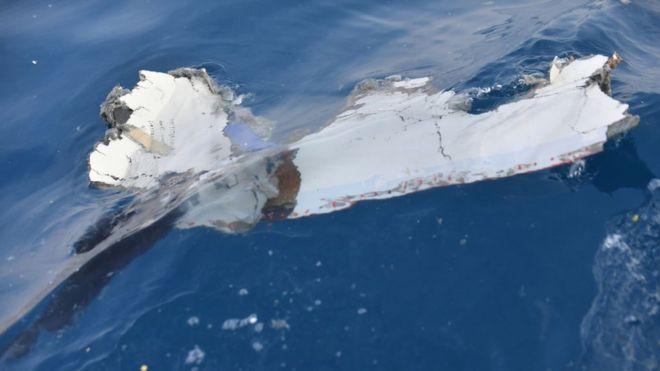 El avión cayó sobre el mar a los pocos minutos de despegar. Estos son restos de la nave encontrados en el agua. ADEK BERRY/GETTY IMAGES